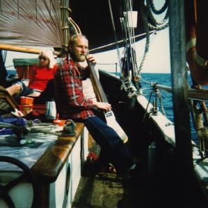 Jens øver bas på båden Fortuna